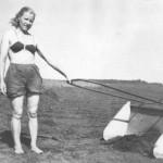 Freesturba koguja Lonni. Autorid B.Pärni ja V. Jõe. 1947.a. Sekretär Liidia Selg Mardiste on sulepea vahetanud Lonni vastu.